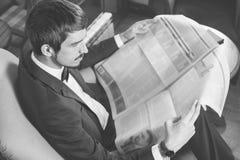 antykwarska kawa umowy gospodarczej kubek świeżego fasonował dzień dobry długopisy sceny starą maszynę do pisania Biznesmen czyta Obrazy Stock
