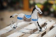 Antykwarska kołysa koń zabawka w białym i błękitnym Obrazy Stock