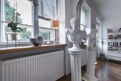 Antykwarska rzeźba w postmodernistycznym wnętrzu fotografia stock