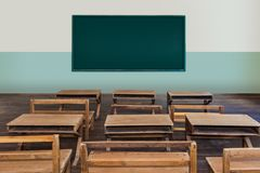 Antykwarska sala lekcyjna w szkole z rzędami puści drewniani biurka fotografia royalty free