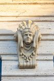 Antykwarska stiuk maska na fasadzie budynek żeńska tynk głowa fotografia stock
