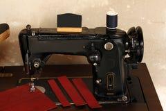 Antykwarska szwalna maszyna na stole Obrazy Stock