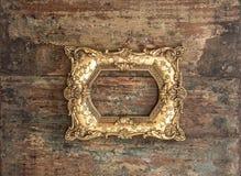 Antykwarska złota rama na używać drewnianym tle Nieociosana tekstura zdjęcia stock