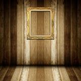 Antykwarska złoto rama w drewnianym pokoju Obraz Stock