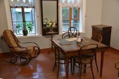 Antykwarski żywy pokój z ciosowym stołem w środku Zdjęcia Royalty Free
