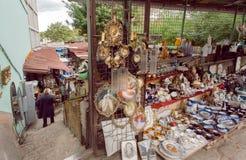 Antykwarski bubel na pchli targ Suchym moscie z nabywcami sztuka, starzy naczynia i retro pamiątki, zdjęcie royalty free