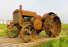 Antykwarski ciągnik z gwożdżącym żelazem toczy przy rolniczym muzeum w Saskatchewan Fotografia Stock