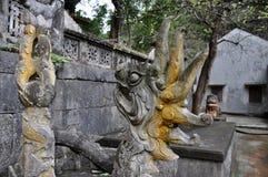 Antykwarski cyzelowanie w kamieniu z mitycznym motywem Bich Dong pagoda, Zdjęcie Stock
