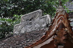 Antykwarski cyzelowanie w kamieniu z mitycznym motywem Bich Dong pagoda, Obraz Stock