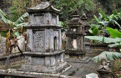 Antykwarski cyzelowanie w kamieniu z mitycznym motywem Bich Dong pagoda, Obrazy Stock