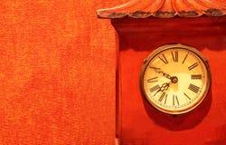 Antykwarski czerwień zegaru timepiece na czerwonej tapecie zdjęcia stock