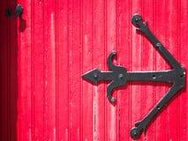 antykwarski drewniany czerwony drzwi Zdjęcia Stock