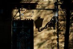 Antykwarski drewniany drzwi w europejskiej ulicie przy zmierzchem Obrazy Stock