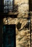 Antykwarski drewniany drzwi w europejskiej ulicie przy zmierzchem Zdjęcie Royalty Free
