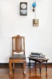 Antykwarski drewniany krzesło i akcesoria na drewnianej podłoga Zdjęcia Royalty Free