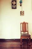 Antykwarski drewniany krzesło na drewnianej podłoga w rocznika stylu Zdjęcia Royalty Free