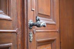 Antykwarski drzwi z rękojeścią i kasztel w antycznym miasteczku Quedlinburg, Niemcy obraz stock