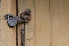 Antykwarski drzwiowy kędziorek, drewniany drzwi Zdjęcia Stock