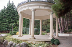 Antykwarski gazebo w parku otaczającym południowymi roślinami Zdjęcie Royalty Free