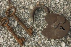 Antykwarski kędziorek z ośniedziałymi kluczami obraz stock