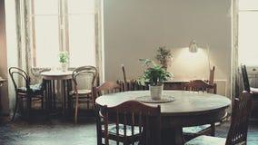 Antykwarski klasyczny wnętrze, krzesła, stół - miękki światło dzienne Obraz Stock