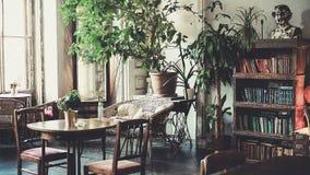 Antykwarski klasyczny wnętrze, krzesła, stół - miękki światło dzienne Obraz Royalty Free