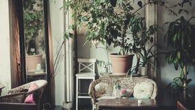 Antykwarski klasyczny wnętrze, krzesła, stół - miękki światło dzienne Zdjęcie Stock