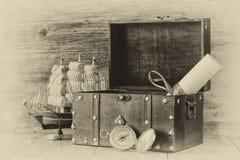 Antykwarski kompas, manuskrypt, stara rocznik klatka piersiowa na drewnianym stole czarny i biały stylowa stara fotografia Obrazy Royalty Free