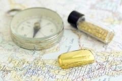 Antykwarski kompas, Prospecting mapę I złoto, Fotografia Royalty Free