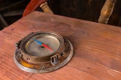Antykwarski kompas Wspinający się na statku Sterowniczym sterze Obrazy Stock