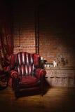 Antykwarski krzesło przeciw ściana z cegieł Obrazy Royalty Free