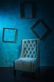 Antykwarski krzesło przeciw ściana z cegieł Zdjęcie Royalty Free