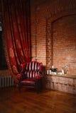 Antykwarski krzesło przeciw ściana z cegieł Zdjęcia Royalty Free