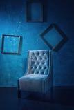 Antykwarski krzesło przeciw ściana z cegieł Zdjęcie Stock