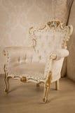 Antykwarski krzesło przy wnętrzem rocznika pokój Obrazy Royalty Free