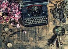 Antykwarski maszyna do pisania hortensia kwitnie starych kluczy drewnianego stół Obrazy Royalty Free