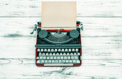 Antykwarski maszyna do pisania na drewnianym stole ilustracyjny lelui czerwieni stylu rocznik zdjęcie royalty free