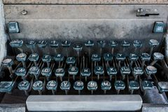 Antykwarski maszyna do pisania, rocznika maszyna do pisania maszyna z rocznika retro projektującym na biurku Obrazy Stock