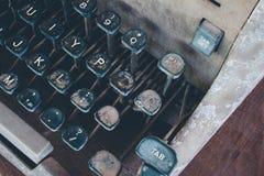 Antykwarski maszyna do pisania, rocznika maszyna do pisania maszyna z rocznika retro projektującym na biurku Zdjęcia Royalty Free