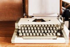 antykwarski maszyna do pisania; stary maszyna do pisania na drewnianym stole, retro filtr Zdjęcia Stock