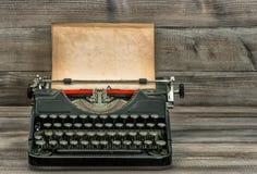 Antykwarski maszyna do pisania z starą textured papierową stroną ilustracyjny lelui czerwieni stylu rocznik Obrazy Royalty Free