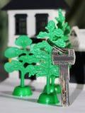 Antykwarski metalu klucz na kolor miniatury drewnianym domu Obrazy Royalty Free