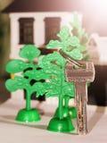 Antykwarski metalu klucz na kolor miniatury drewnianym domu Obrazy Stock