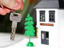 Antykwarski metalu klucz na kolor miniatury drewnianym domu Zdjęcie Stock