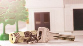 Antykwarski metalu klucz na kolor miniatury drewnianym domu Zdjęcie Royalty Free