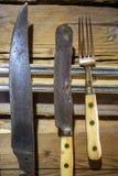 Antykwarski metalu naczynia obwieszenie na drewnianej ścianie Zdjęcia Royalty Free