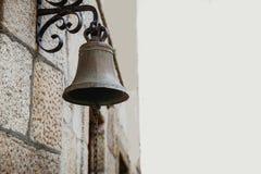 Antykwarski Mosiężny Dzwonkowy obwieszenie Od ściany zdjęcie stock