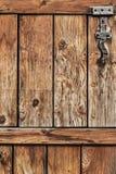 Antykwarski Nieociosany Sosnowego drewna stajni drzwi - szczegół Obrazy Stock