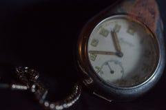Antykwarski ośniedziały kieszeniowy zegarek fotografia royalty free
