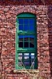 Antykwarski okno na Zaniechanym Przemysłowym budynku Zdjęcia Stock